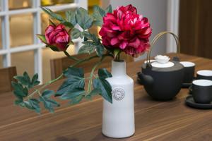 Искусственные цветы в интерьере кухни – создаём настроение и уют>