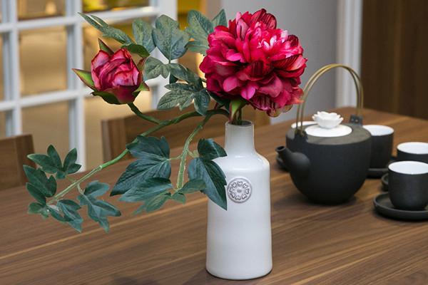 Искусственные цветы в интерьере кухни – создаём настроение и уют
