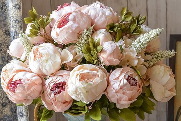 Искусственные цветы в интерьере спальни: правильный выбор декора